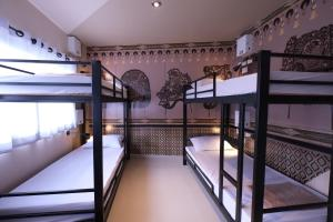 A bunk bed or bunk beds in a room at Everyday Bangkok Hostel