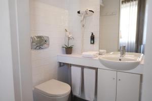 Uma casa de banho em Sao Domingos by Oporto Tourist Apartments