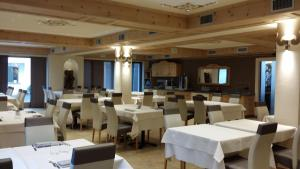 A restaurant or other place to eat at Hotel Alba
