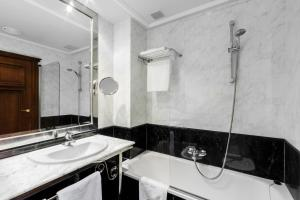 A bathroom at Hotel Azofra