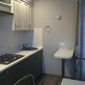 Кухня или мини-кухня в Apartment Okruzhnaya 3