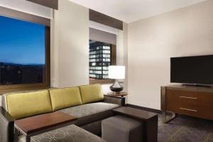 The lounge or bar area at Embassy Suites Pittsburgh-Downtown