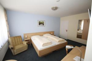 Кровать или кровати в номере Hotel Restaurant Zum Jägerheim