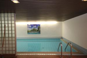 Бассейн в Hotel Restaurant Zum Jägerheim или поблизости