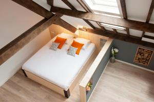 A bed or beds in a room at Ruyge Weyde Logies, Farm