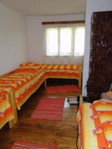 Un pat sau paturi într-o cameră la Cabana Cascada Cârnic