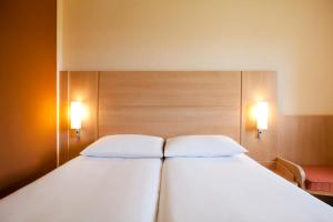 A bed or beds in a room at ibis Cardiff Centre