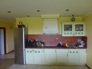 Кухня или мини-кухня в House by the sea