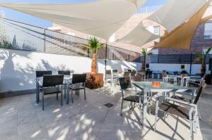 A restaurant or other place to eat at YIT Conquista de Granada