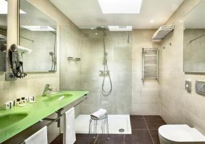 A bathroom at Jazz Hotel