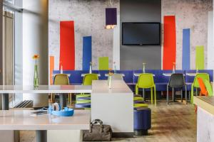 The lounge or bar area at ibis budget Koeln Porz
