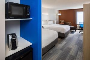 A room at Holiday Inn Express Cedar Rapids - Collins Road, an IHG Hotel