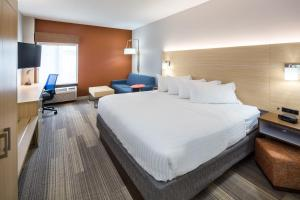 A bed or beds in a room at Holiday Inn Express Cedar Rapids - Collins Road, an IHG Hotel