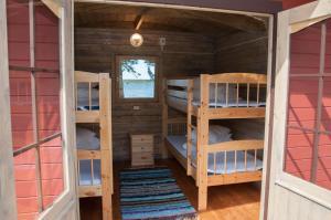 Narivoodi või narivoodid majutusasutuse Karujärve Camping toas