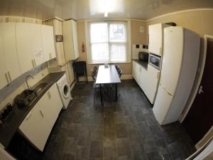 A kitchen or kitchenette at Midtown Lodge