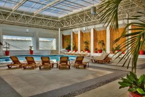 Der Swimmingpool an oder in der Nähe von Galeria Plaza Veracruz By Brisas