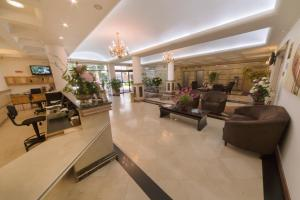 The lounge or bar area at Hotel Plaza Mayor
