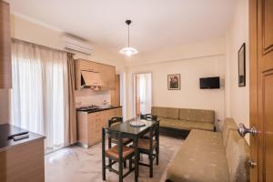 Area soggiorno di Mythos Beach Hotel Apartments