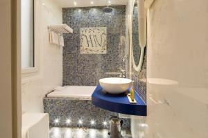 A bathroom at Residence Henri IV