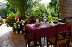A restaurant or other place to eat at B&B La Cascina