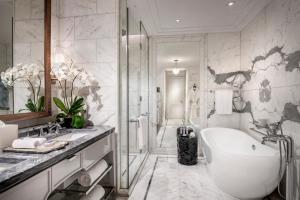 A bathroom at Four Seasons Hotel Jakarta