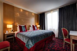 A bed or beds in a room at Hotel Muguet