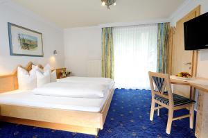 A bed or beds in a room at Hotel Garni Valülla