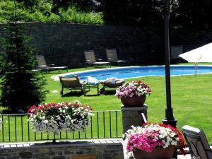 A garden outside Hotel Yoy Tredòs