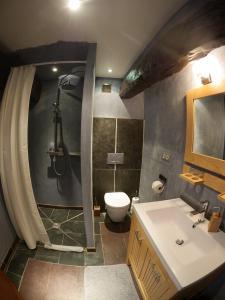 A bathroom at Les Fous du Village