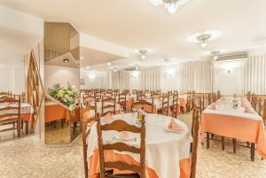 A restaurant or other place to eat at Montecarlo