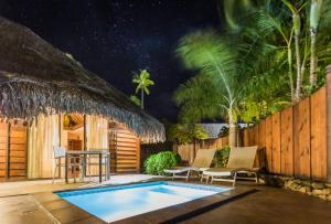 A piscina localizada em Manava Beach Resort & Spa Moorea ou nos arredores