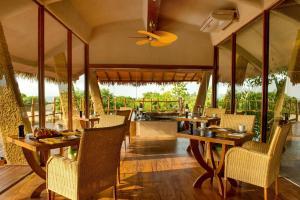 Un restaurante o sitio para comer en Uga Chena Huts – All Inclusive