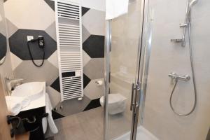 Een badkamer bij The Loop Hotel
