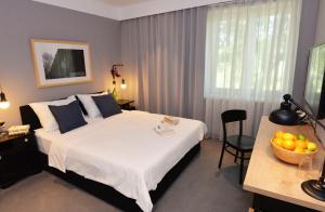 Een bed of bedden in een kamer bij The Loop Hotel