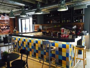 De lounge of bar bij The Loop Hotel