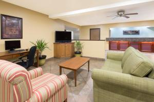 The lounge or bar area at Super 8 by Wyndham Morgantown