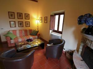 Salone o bar di Beautiful Cottage in Scheggia with Swimming Pool