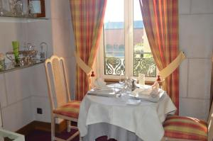 A restaurant or other place to eat at Logis Le Bretagne