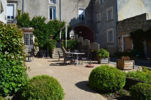 A porch or other outdoor area at Logis Le Bretagne