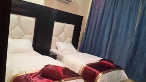 Cama ou camas em um quarto em Al Masa Furnished Units Yanbu 2