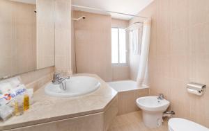 A bathroom at Globales Simar
