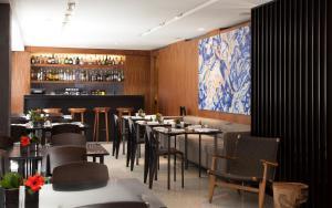 Um restaurante ou outro lugar para comer em Altis Prime Hotel