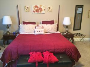 A bed or beds in a room at The Tunnicliff Inn