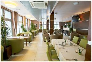 A restaurant or other place to eat at Hotel Polonez