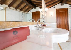 A bathroom at Albergo Delle Notarie