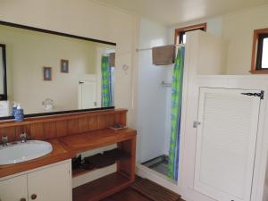 A bathroom at Waiheke Island Tawa Lodge - Adults Only
