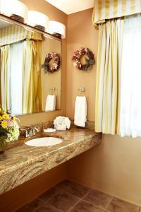 A bathroom at The Lodge at Turbat's Creek