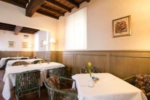 A restaurant or other place to eat at Albergo Delle Notarie