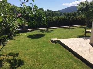 A garden outside Bed & Breakfast Popletum