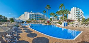 The swimming pool at or close to Hipotels Cala Millor Park